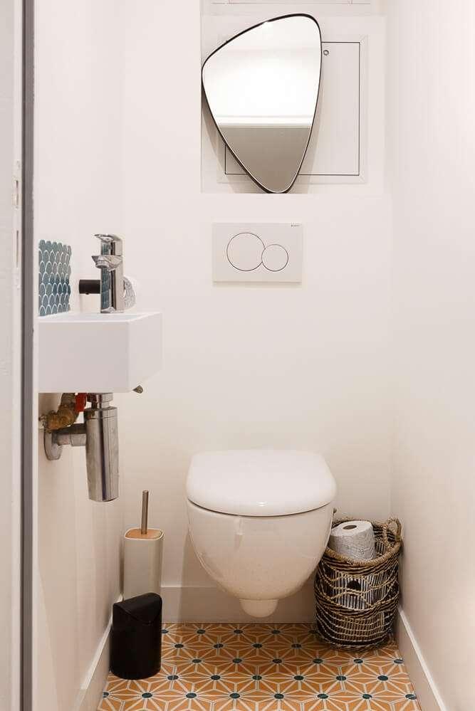 Toilettes colorées avec carreaux de ciment