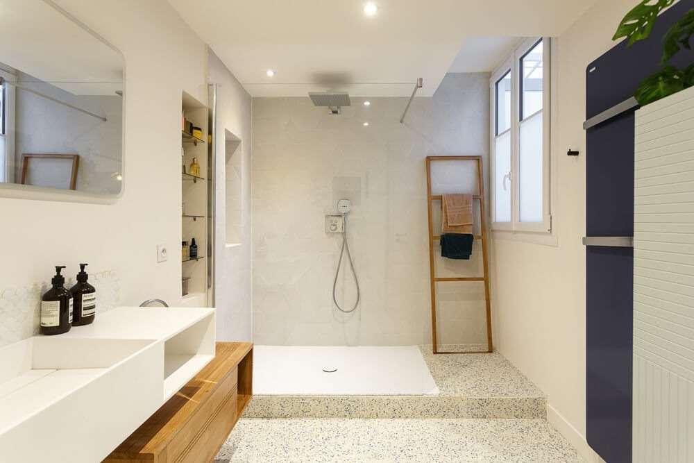 Salle de bain moderne avec sol en terrazzo