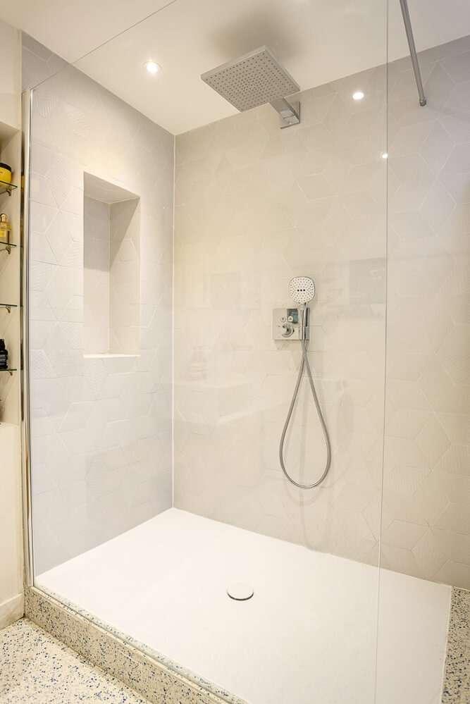 Grande douche à l'italienne ouverte