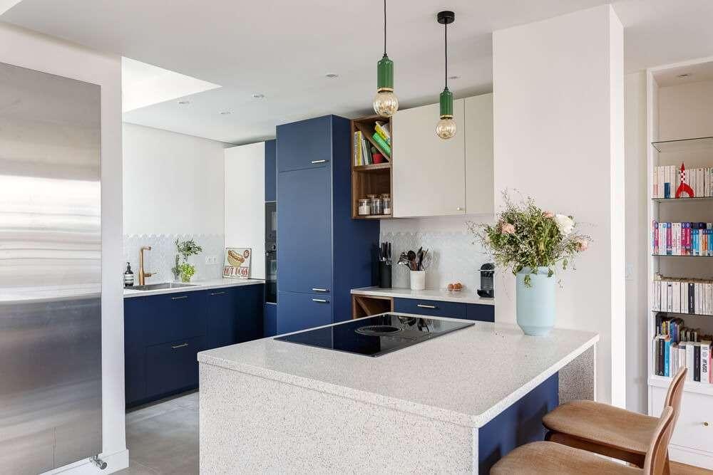 Cuisine moderne bleue et blanche