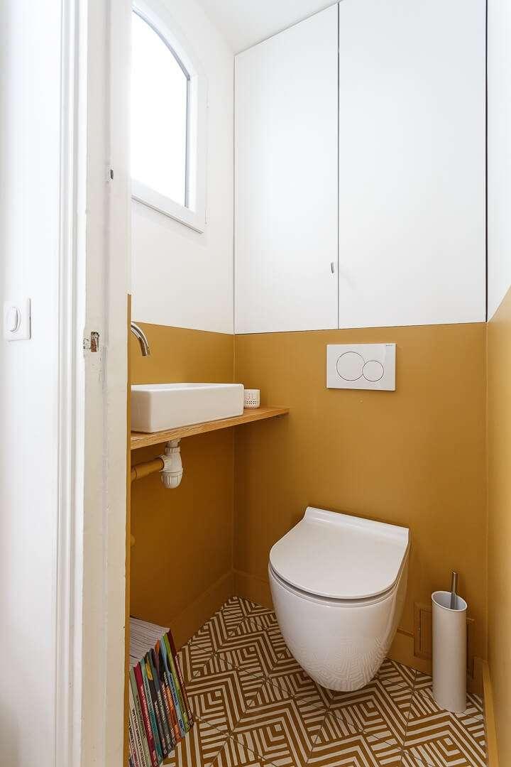 Toilettes avec carreaux de ciment jaunes