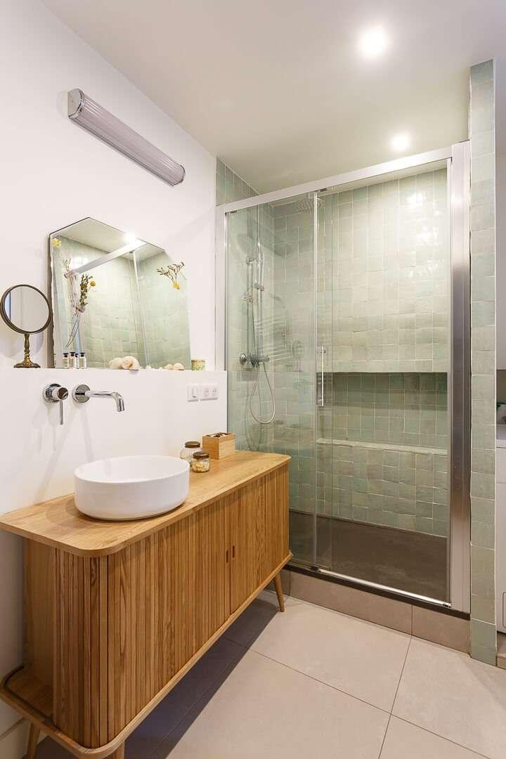 Salle de bain avec douche en zelliges