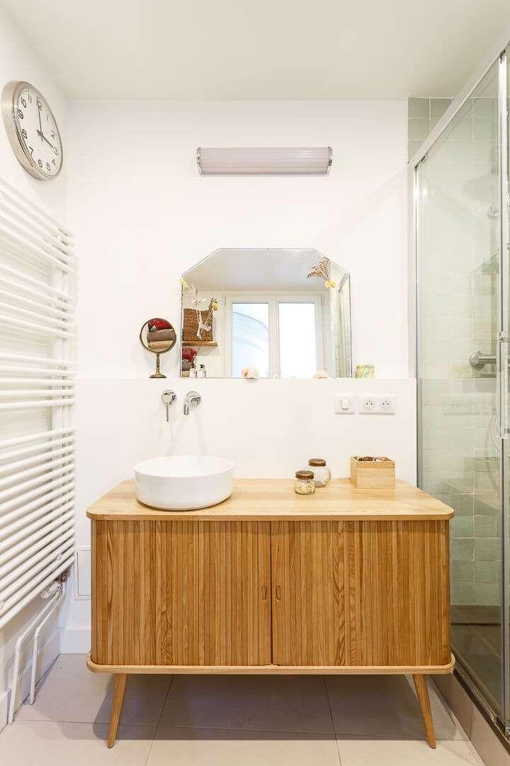 Salle d'eau avec meuble en bois rétro