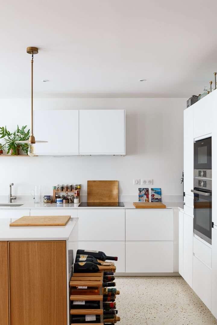 Cuisine blanche moderne avec terrazzo