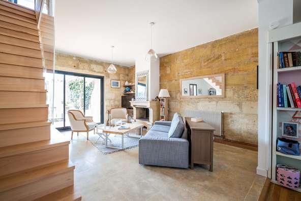 Une pièce à vivre lumineuse et structurée